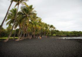 Punaluu Beach, het bekende zwarte strand van Hawaii